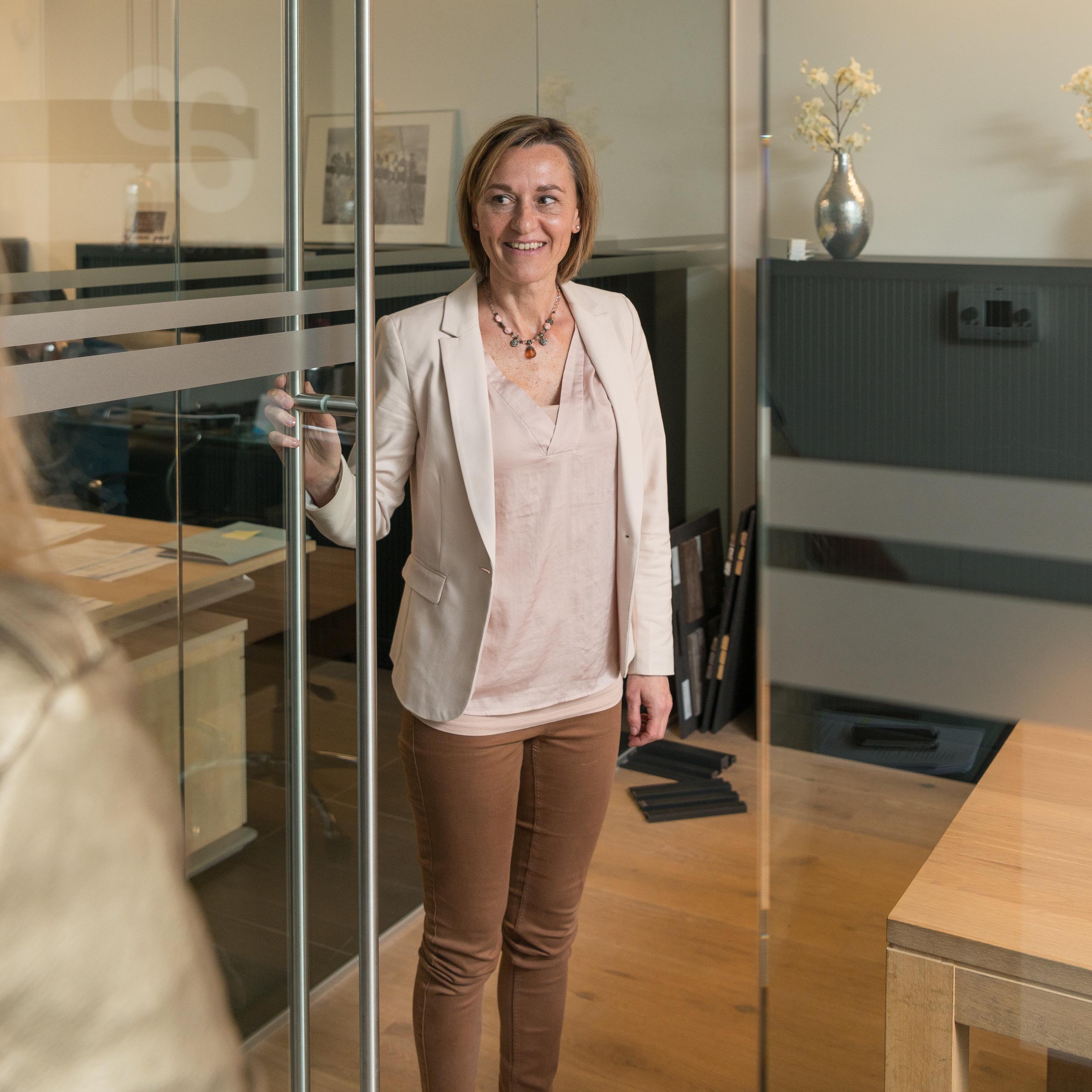 Els ontvangt een klant in het kantoor van A-Projects