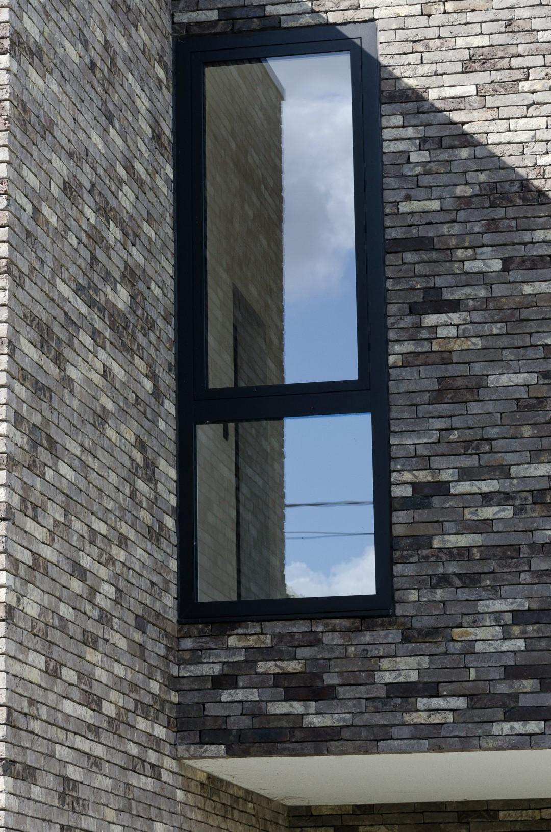 Detail plaatsing van de ramen in strakke woning in Herfelingen