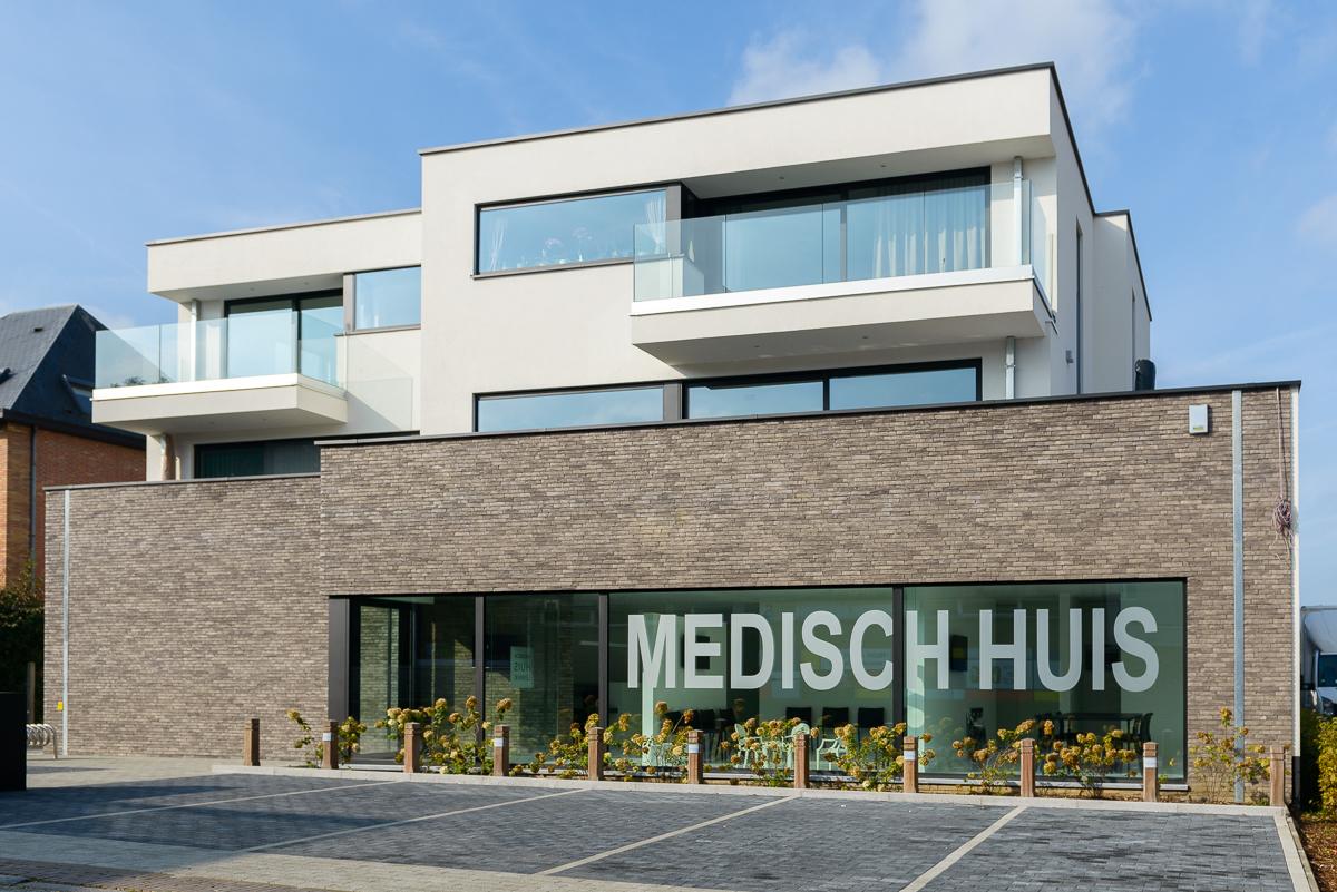 Voorkant moderne nieuwbouw voor medisch centrum in Ternat
