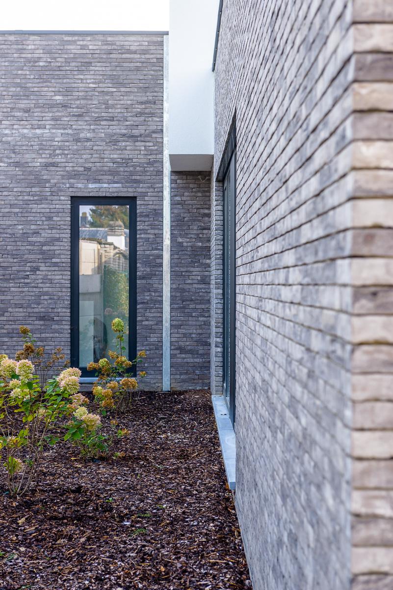 Detail ramen en gevelsteen moderne nieuwbouw voor medisch centrum in Ternat