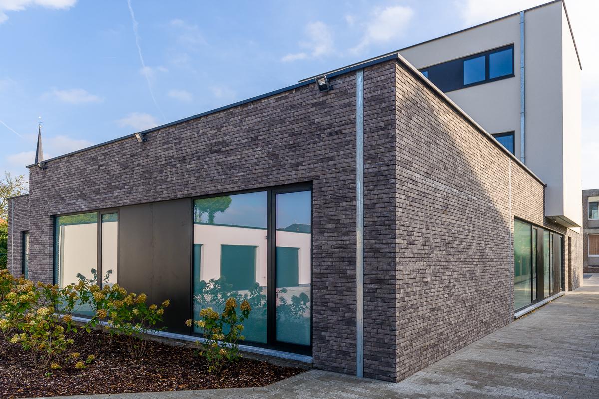 Achterkant moderne nieuwbouw voor medisch centrum in Ternat