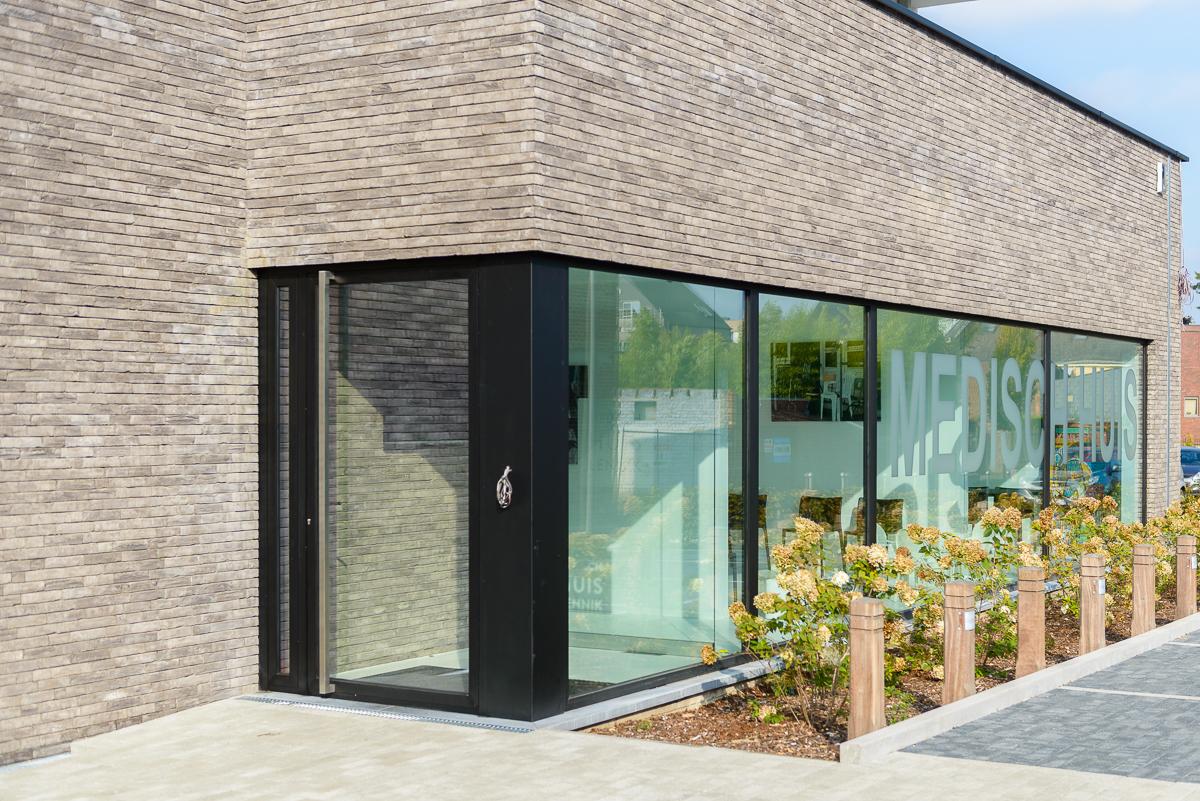 Detail inkom moderne nieuwbouw voor medisch centrum in Ternat