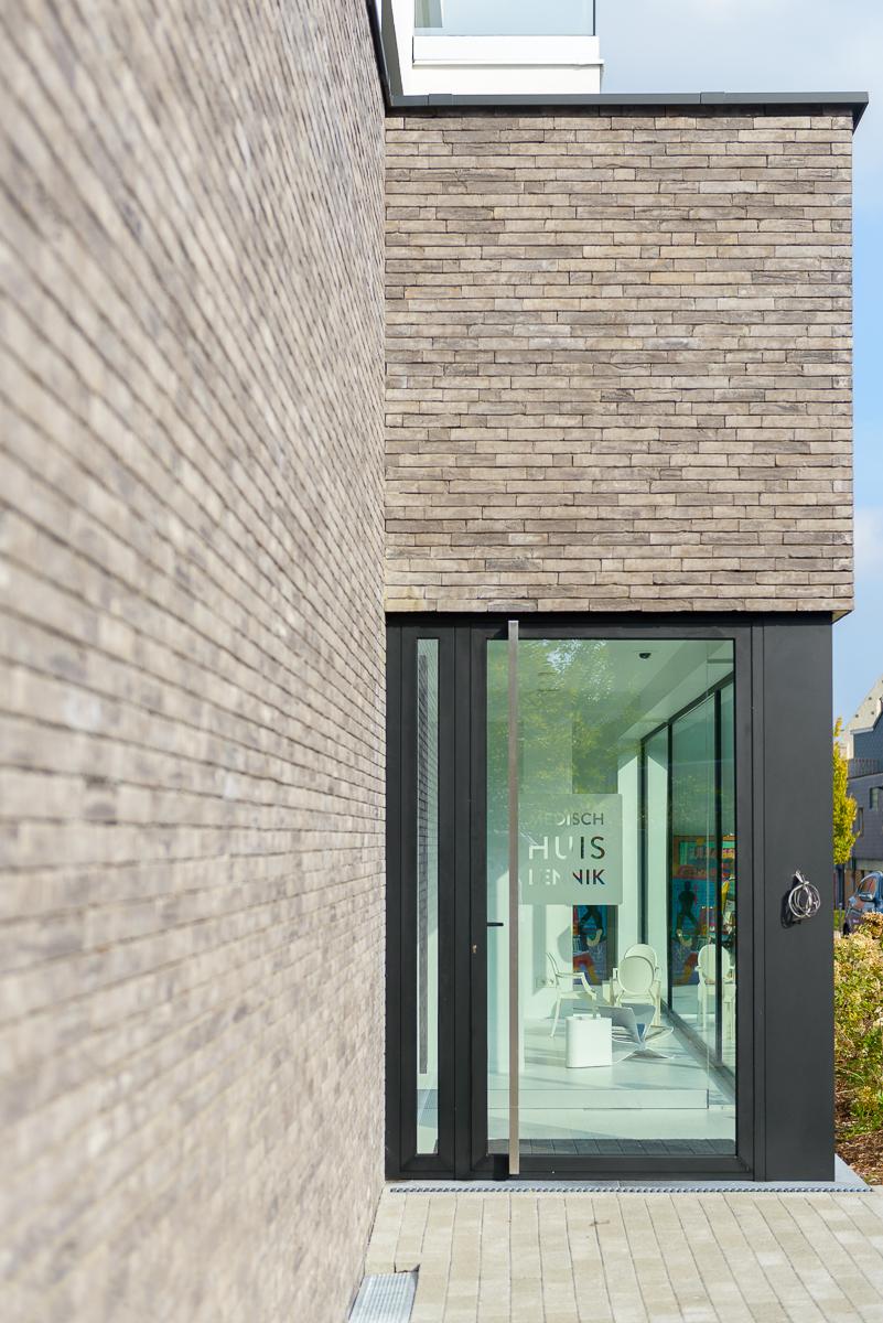 Detail deur inkom moderne nieuwbouw voor medisch centrum in Ternat
