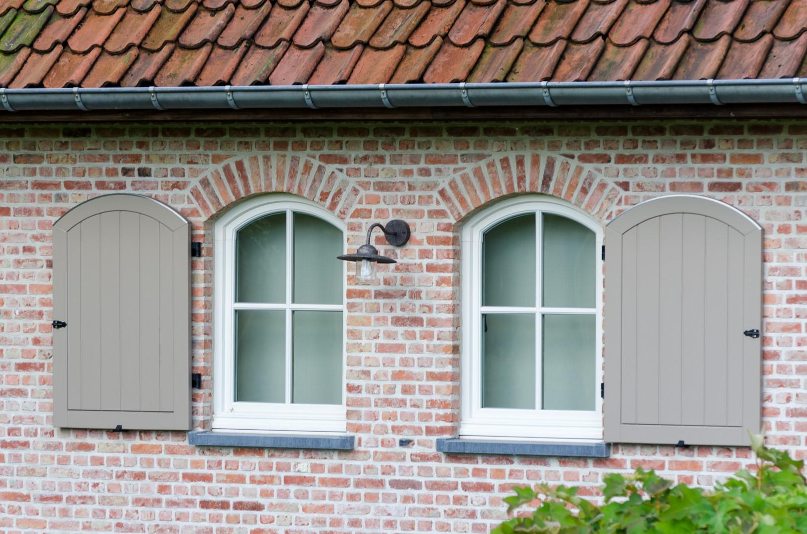 Detail gebogen ramen met luiken pastorijwoning met landelijke elementen