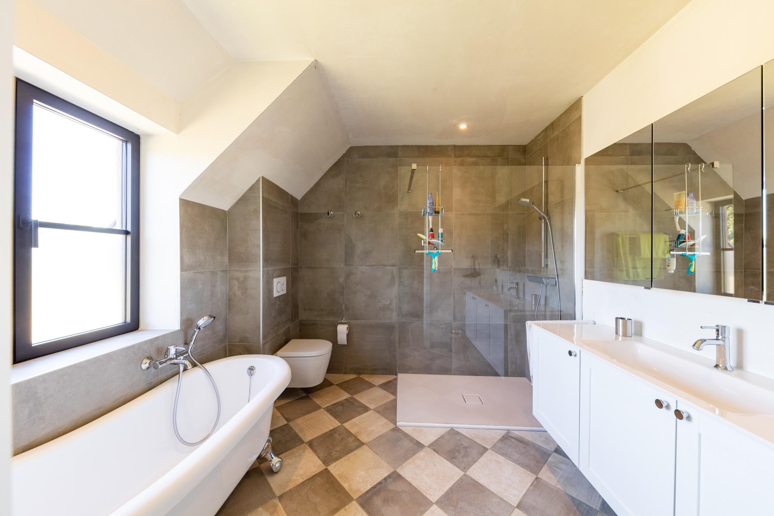 Badkamer met landelijke elementen in Lennik