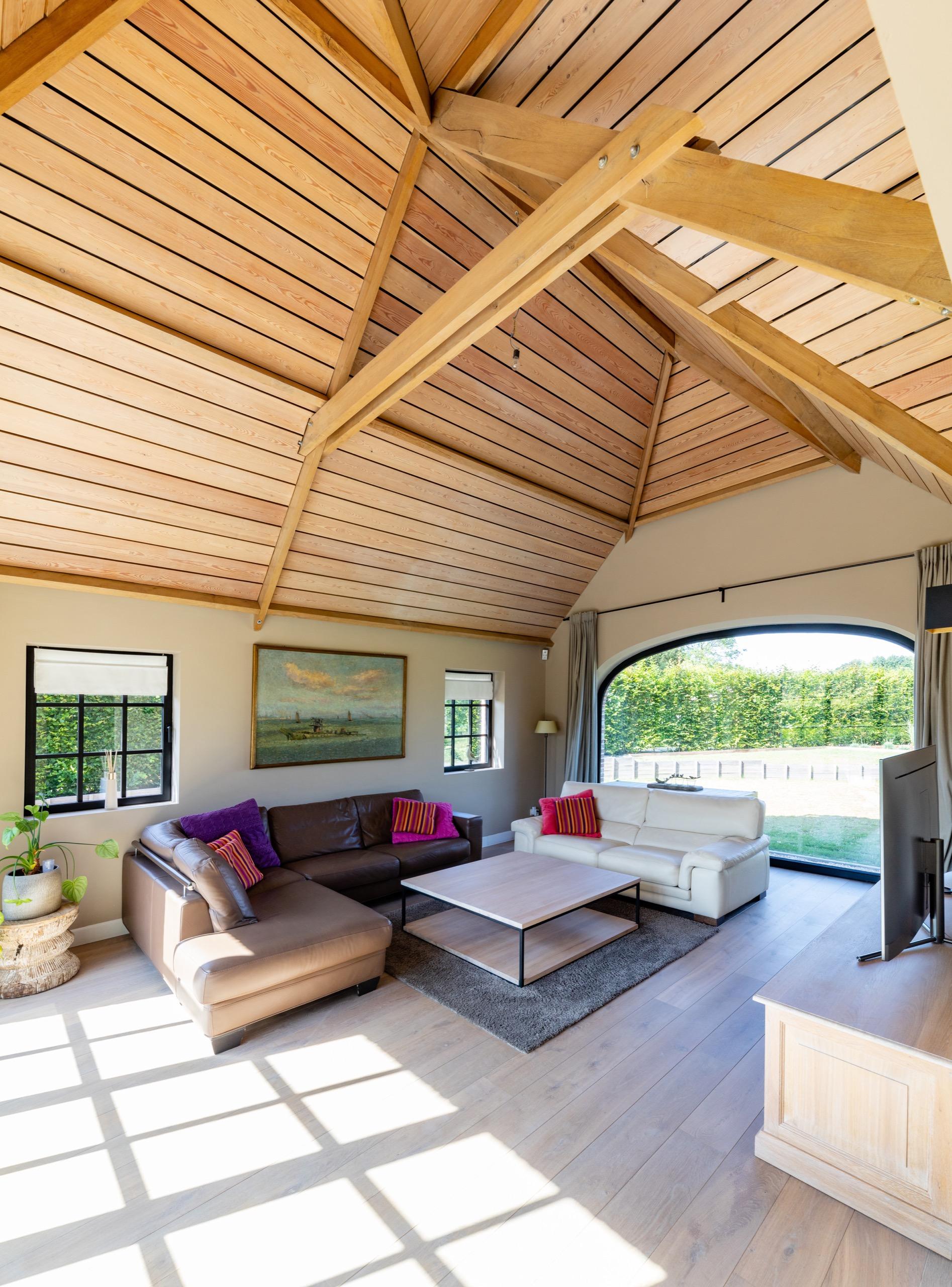 Living landelijke woning in Lennik opgewerkt tot de nok met afrormosiahout