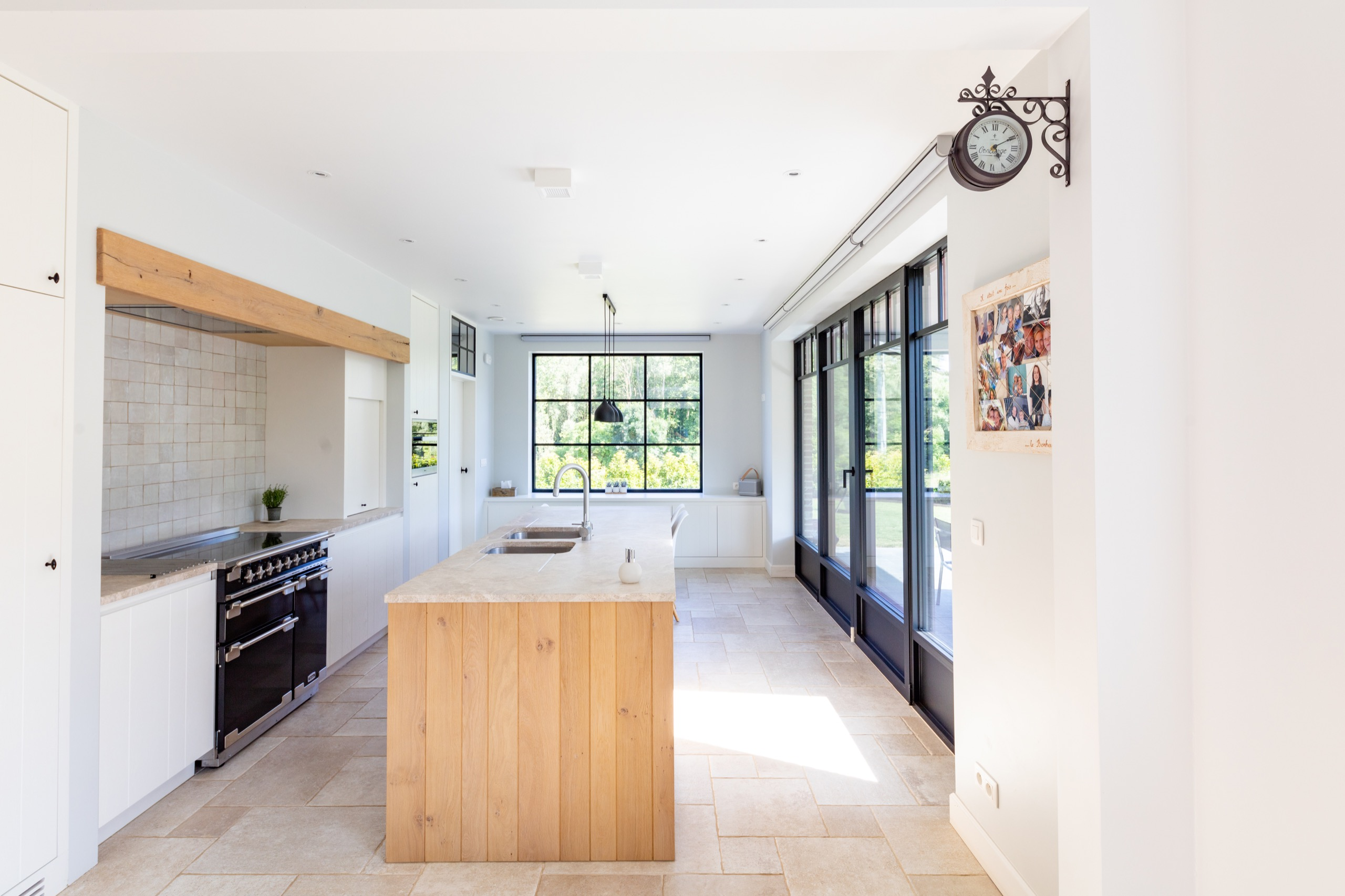 Lanndelijke, lichtrijke keuken met houten en zwarte accenten in Lennik