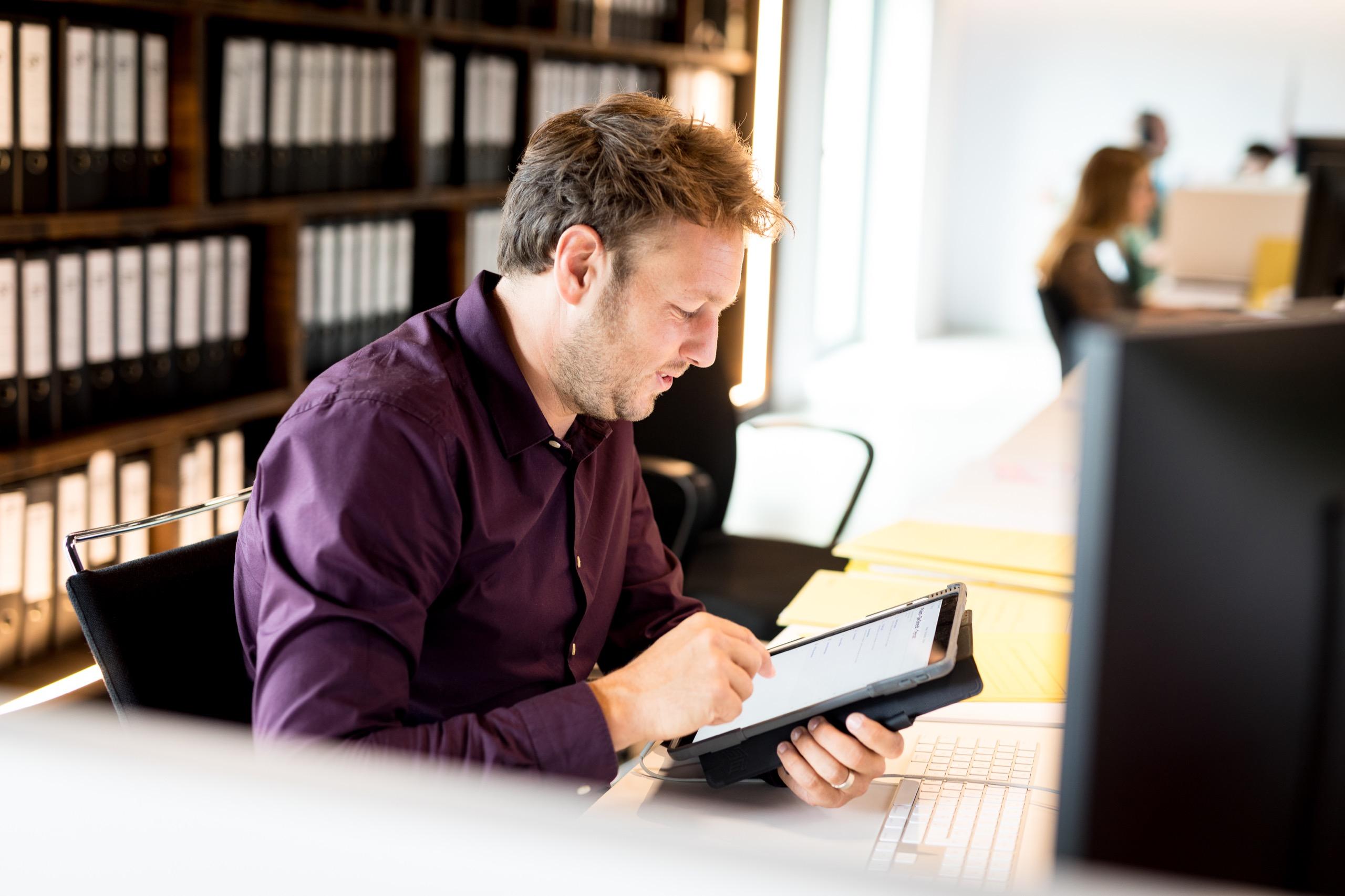 Zaakvoerder Jordi geconcentreerd aan het werk met de tablet