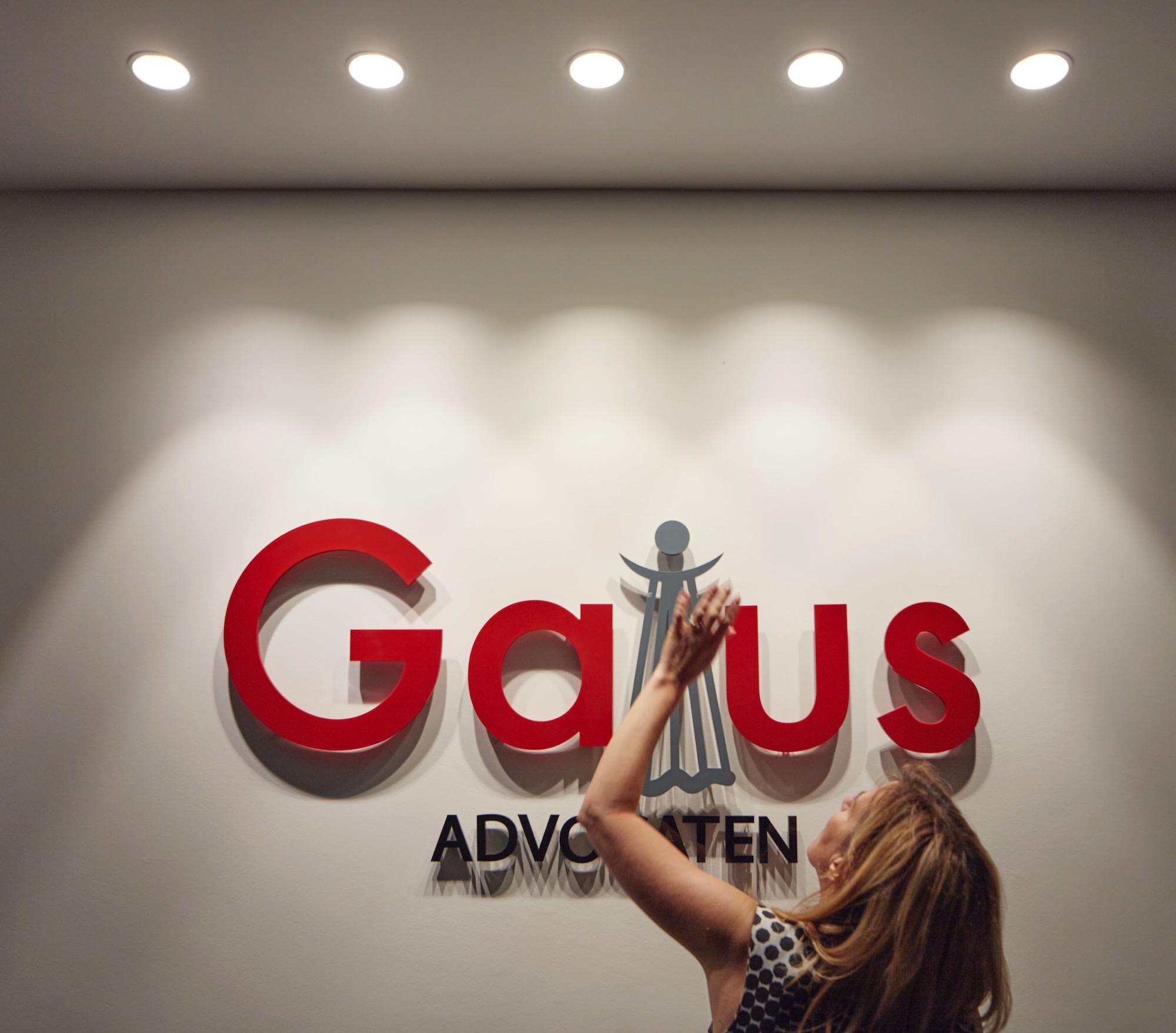 Detail logo Gaius aan de inkom van het kantoor in Ternat