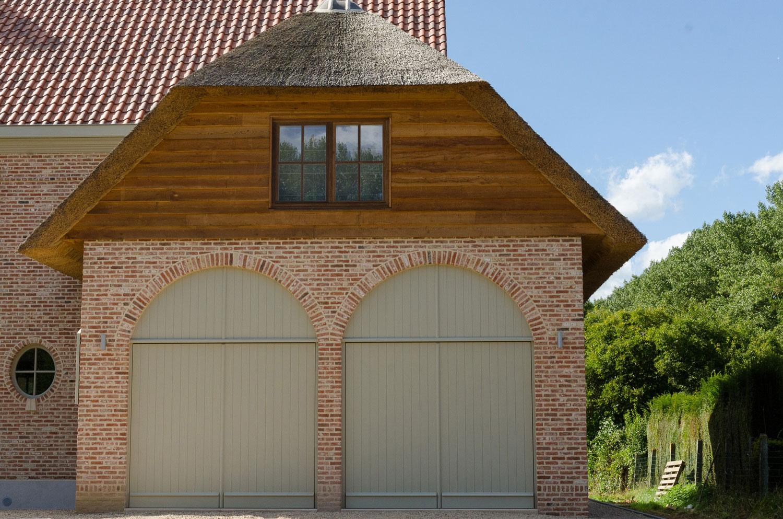 Detail houten accenten voorgeven en dubbele poort karaktervolle, landelijke nieuwbouw